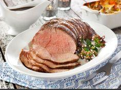 Roastbiff smaker ypperlig, enten den serveres varm eller kald. Elgkjøttet gir roastbiffen et skogens sus. Steker du en stor roastbiff blir det kanskje litt igjen som du kan bruke som pålegg på brødskiva.Kilde: Opplysningskontoret for egg og kjøtt. Foto: Opplysningskontoret for egg og kjøtt/Mari Svenningsen
