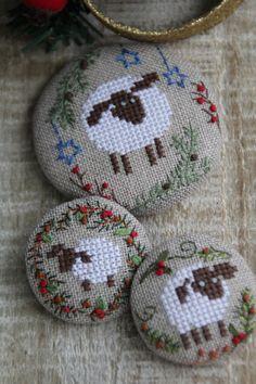 Новогодний декор, новогодние украшения, новогодние подарки, Новый год, новый 2015 год, новогодняя овечка, овечка, брошь, брошь с вышивкой, текстильная брошь