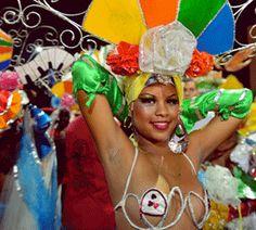 Carnaval Malecon Habana - El #Carnaval de #LaHabana por lo general comienza a finales de julio y continúa hasta mediados de agosto. La #celebración se remonta a la época del comercio de esclavos y continúa hoy en día con un tradicional desfile de comparsas y carrozas coloridas en todo el largo del #Malecón de La Habana. www.elmalecón.com