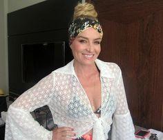 Angélica usa faixa no cabelo para gravar em trio elétrico (Foto: Nathália Gomes / Gshow)