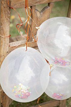 Bexigas brancas, com transparência, podem ser incrementadas com confetes (use um funil para ajudar na operação) e pompons coloridos. Cadeira Studio Bergamin | Decor