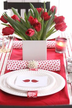 Un ramo de vistosos tulipanes rojos, viste esta mesa de San Valentín.
