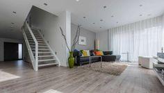 Stil-Element Treppe - viel zu schade um in einem abgetrennten Flur zu stehen | Haus Henzler | Fertighaus WEISS