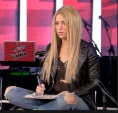 The voice Shakiras hair long blonde with subtle highlights