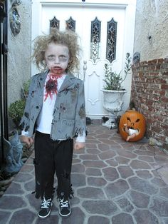 the coolest zombie kid i know check out the pumkin in the back ground Halloween Zombie, Diy Zombie Kostüm, Kids Zombie Makeup, Zombie Kid, Family Halloween Costumes, Halloween Fancy Dress, Halloween Kids, Zombie Mask, Halloween Couples