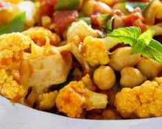 Curry de chou-fleur minceur à la tomate et aux pois chiches : http://www.fourchette-et-bikini.fr/recettes/recettes-minceur/curry-de-chou-fleur-minceur-a-la-tomate-et-aux-pois-chiches.html