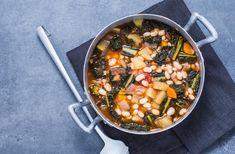 Cette recette de soupe italienne signée Julie Andrieu se compose de trois différentes sortes de choux, d'haricots coco, de carottes et de céleris.