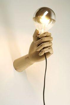 Une ampoule au bout d'un fil bête, piquez cette idée : la faire tenir par une main articulée ( magasin d'arts créatifs)