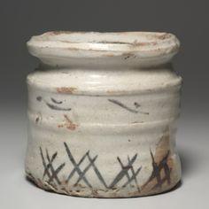 Tarro de agua con hierbas Diseño: Shino ware, 1500 Japón, Prefectura de Gifu, Mino hornos, periodo Momoyama (1573-1615) gres esmaltado con la decoración bajo vidriado de hierro antideslizante, Diámetro - w: 19,60 cm (w: 7 11/16 pulgadas) Tapa - H: 2,90 N: 14,70 cm (h: 1 1/8 w: 5 3/4 pulgadas) de contenedores - h : 18,40 cm (h: 7 3/16 pulgadas). John L. despido Fondo 1972.9.a