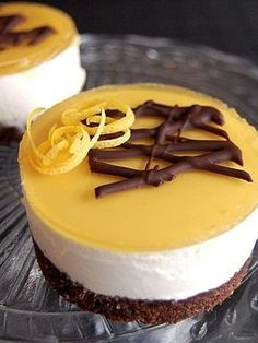 Looks incredibly good. French Desserts, Lemon Desserts, Just Desserts, Delicious Desserts, Yummy Food, Cake Recipes, Dessert Recipes, Mini Cheesecakes, French Pastries