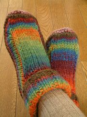 Ravelry: Non-felted Slippers by Yuko Nakamura - free pattern Knitting Socks, Loom Knitting, Free Knitting, Knitting Machine, Knitted Booties, Knitted Slippers, Slipper Socks, Crochet Shoes, Knit Or Crochet