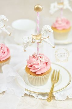 For a sweet vintage themed baby shower we created these wonderfully chic carousel cupcakes! Gateau Baby Shower, Baby Shower Cupcakes, Shower Cakes, Baby Shower Parties, Carousel Birthday Parties, Carnival Birthday, First Birthday Parties, First Birthdays, Carousel Cupcakes