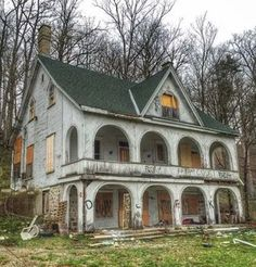 Old Abandoned Buildings, Old Buildings, Abandoned Places, Abandoned Castles, Beautiful Architecture, Beautiful Buildings, Beautiful Places, Classical Architecture, Beautiful Homes