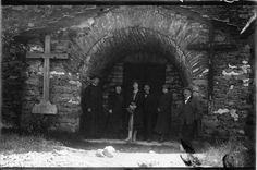 Fachada da Igrexa do Cebreiro. O Cebreiro, Lugo. Ca. 1915. Placa de cristal. Bromuro rápido ou clorobromuro lento. 9,9 x 14,9 cm.