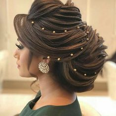 Pakistani brides always have us swooning! From their stunning bridal outfits to natural yet gorgeous makeup looks, every bit of their bridal look is exquisite. Pakistani Bridal Hairstyles, Bridal Hairstyle Indian Wedding, Bridal Hair Buns, Bridal Hairdo, Wedding Hairstyles For Long Hair, Bride Hairstyles, Elegant Hairstyles, Wedding Updo, Engagement Hairstyles