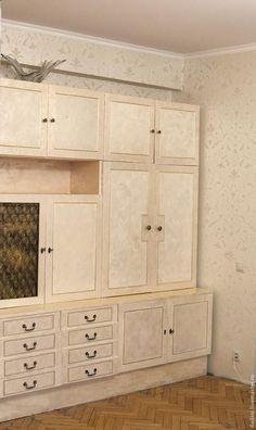 Некоторое время назад я вернулась в дом, в котором выросла. В доме было много старой мебели. Мебель эта прекрасно сохранилась, устраивала меня функционально, но имела совершенно устаревший вид. Я решила провести эксперимент. Результаты его оказались настолько впечатляющими, что потом в этой технике я сделала ещё очень много разной мебели. А началось все со старой стенки… Вот так она выглядела до:…