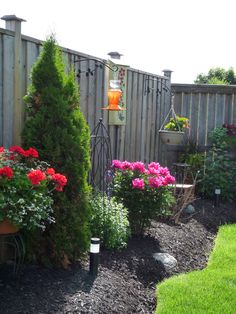 Navigate to this web site Yard Landscaping Landscaping Along Fence, Small Backyard Landscaping, Backyard Fences, Landscaping Tips, Garden Yard Ideas, Lawn And Garden, Small Gardens, Outdoor Gardens, Backyard Makeover