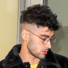 Closeups of Zayn outside a recording studio on January 2018 📸: fyeahzaynmalik Short Black Hairstyles, Great Hairstyles, Modern Hairstyles, Messy Hairstyles, Barber Haircuts, Haircuts For Men, Peaky Blinder Haircut, Zayn Malik Style, Crop Hair