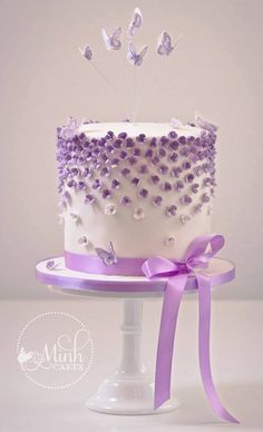 gâteau mini fleurs violettes (Cake Decorating With Fondant) Mini-Torte mit lila Blüten (Fondantkuchen) Purple Cakes, Purple Wedding Cakes, Cake Decorating With Fondant, Fondant Decorations, Pretty Cakes, Beautiful Cakes, Butterfly Cakes, Butterflies, Gateaux Cake
