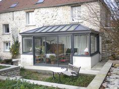 Véranda victorienne. http://www.m-habitat.fr/veranda/construire-une-veranda/conseils-pour-la-construction-d-une-veranda-89_A #maison #pierre #véranda