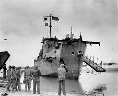 Colleville-sur-Mer. L'épave du LCI 93, détruit le 6 juin dans l'après midi par l'artillerie allemande, devant E3. Les marques 93 sont censurés.