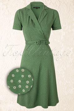 Warum auf eine besondere Gelegenheit warten? Für diese Polo Cross Glimmer Dress in Greenvon King Louieist jeder Tag perfekt!Mit dem fröhlichen Muster aus verspielten Zirkeln in Creme auf einem Vintage grünen Hintergrund werden Sie alle Blicke auf sich ziehen. Der echte Blickfang ist aber der elegante Schnitt. Tailliert, mit passendem Gürtel, tollen leicht puffenden Ärmeln schönes Dekolleté mit Kragen und ein toller Rock in A-Linie, machen das Kleid sehr schmeichelnd! Hergestellt aus einem ...
