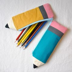 Make your own DIY pencil pouch or pencil case! Sewing Hacks, Sewing Tutorials, Sewing Patterns, Doll Patterns, Fabric Crafts, Sewing Crafts, Sewing Projects, Pencil Bags, Pencil Pouch