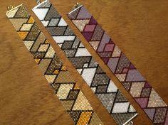Peyote Flat gemaakt door (en in de workshops van) Crea Nancy Peyote Beading Patterns, Loom Bracelet Patterns, Peyote Stitch Patterns, Bead Loom Bracelets, Bead Loom Patterns, Beaded Jewelry Patterns, Weaving Patterns, Loom Beading, Beaded Bracelets