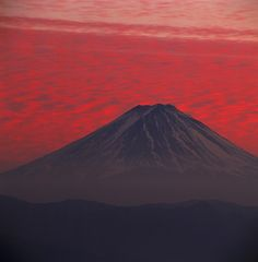 Fuji by Yukio Ohyama Photographer Yuko Ohyama has spent his entire lifetime and photography craft devoted to capturing Mount Fuji. His love for Mount Fuji began at the age of an since then he. Japanese Watercolor, Japanese Painting, Monte Fuji Japon, Brain Pictures, Fuji Mountain, Japanese Nature, Mont Fuji, Japanese Photography, Watercolor Landscape Paintings