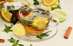 Chá para desinchar o abdômen e baixar o peso. Ingredientes: 2 pedaços de canela em pau. 3 limões frescos cortados com a casca. 1 pedaço de gengibre (4 ou 5 cm). 750 ml de água pura. Modo de preparo: Coloque a água para ferver. Ao levantar fervura, adicione os demais ingredientes. Abaixe o fogo e deixe ferver por 25 min. Desligue o fogo, espere esfriar, coe e beba a 1ª xícara. Tome as outras 2 no mesmo dia, de 6 / 6 hs. Se quiser, adicione folhas frescas de hortelã com o chá ainda quente.
