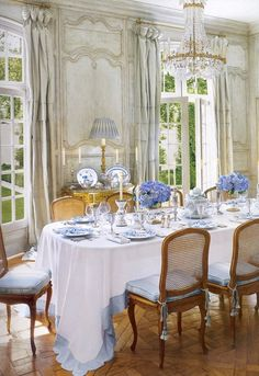 Charming dining room with gorgeous flowers and OMG, that tablecloth is TDF!!!!
