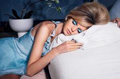 Aprenda a tirar a maquiagem corretamente antes de dormir. http://www.feminices.blog.br/aprenda-retirar-maquiagem-corretamente/