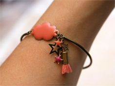 Aujourd'hui, voici un petit DIY pour se fabriquer un joli bracelet en métal avec un nuage émaillé et des petites étoiles. Toutes les fournitures proviennent de La Droguerie. J'adore ces boutiques ! J'y étais allée pour acheter autre chose… Lire la suite →