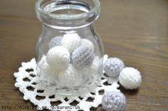 細編みだけで編んだニットボール。ちょこっとの毛糸があればあっという間に編めちゃう。空いた時間にちょこちょこ編みためて・・・ヘアゴムやネックレスを作ってみようかな? * 簡単に編み方をご紹介したいと思います。ぜひ挑戦してみてくださいね♪ * ニットボールの編み方 1...