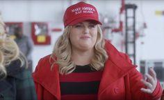 "La casquette ""Make America Eat Again"" de Fat Amy (Rebel Wilson) dans Pitch Perfect 3 The Hit Girls, Latest Comedy, Fat Amy, Trump Hat, Rebel Wilson, Comedy Films, Pitch Perfect, Amy Winehouse, Universal Pictures"