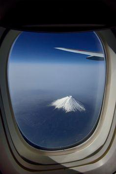 Mount Fuji, Japan through an airplane window. Photo by by Vladimir Zakharov. Airplane Photography, Travel Photography, Airplane Window View, Mont Fuji, Hiroshima Japan, Art Asiatique, Aesthetic Japan, Destination Voyage, Corsica