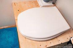 Die Trockentoilette - eine tolle Alternative zum Chemieklo im Wohnmobil. Wir zeigen dir die Vor- und Nachteile dieser Campingtoilette, die wir selbst nutzen. Neben den angebotenen Modellen gibt es auch die Möglichkeit die Trenntoilette einfach selber zu bauen. Mit unserer Selbstbau Anleitung ist die Komposttoilette im Handumdrehen gebaut.