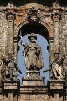Estátua de São Tiago na fachada da Catedral de Santiago de Compostela, na Galícia, Espanha   Segundo a tradição, o Apóstolo São Tiago veio para pregar na Finisterra, chegando a foz do rio Ulla.  Por sete anos ele se dedicou à evangelização da Espanha e, em seguida, retornou à Palestina, onde foi decapitado por Herodes Agripa.  Seus discípulos fugiram da Terra Santa com seu corpo, levando-o para a Espanha em uma embarcação e enterrando-o perto de Iria Flavia, onde construiu uma arca e um…