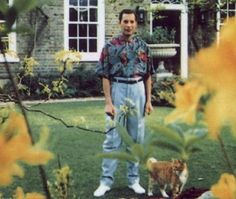 """""""Freddie Mercury, leader singer for Queen, can be seen in this photo at his home Garden Lodge in London. This was taken in the spring of 1991 and thought to be the last known photo of Freddie Mercury. Queen Freddie Mercury, Freddie Mercury Last Photo, Tupac Shakur, George Harrison, Brian May, Jim Morrison, Jimi Hendrix, Bronchial Pneumonia, Des Photos Saisissantes"""
