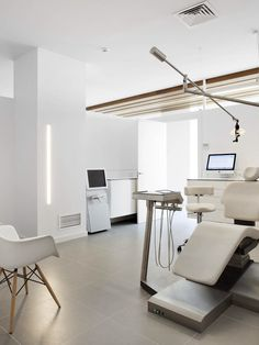 Nobody likes to go to the dentist but there's this trick that dental offices employ to fool our minds. By giving the dental office design features that Dental Office Design, Medical Design, Healthcare Design, Dental Offices, Spa Interior, Office Interior Design, Office Interiors, Dental Clinic Logo, Agi Architects