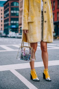 COM, love this yellow socks and metallic silver shoes combo, faur fur yellow coat, clear plastic bag trend, a sock and shoe edgy combo Street Style Chic, Street Style Outfits, Looks Street Style, Edgy Style, Mode Style, Street Style Shoes, Street Style London, Fashion 2018, Look Fashion