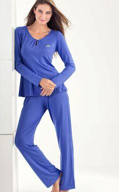 MIXTE PIJAMAS. Conjunto de Modal com Lycra formado por blusa com bordado M romântica, detalhe gota abotoado e franzido no decote e costas .