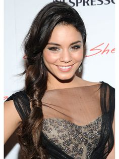 Love Vanessa Hudgens' twisted sideswept ponytail look using Thick Dry Finishing Spray and Soft Dry Conditioner by Oribe. Pelo Vanessa Hudgens, Vanessa Hudgens Style, Fun Ponytails, Twist Ponytail, Ponytail Ideas, Twist Hair, Celebrity Hairstyles, Hairstyles Haircuts, Gabriela Montez