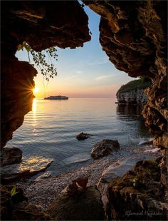 the cliff is framing the boat Nature Pictures, Cool Pictures, Cool Photos, What A Beautiful World, Beautiful Images, Adventure Is Out There, Amazing Nature, Belle Photo, The Great Outdoors