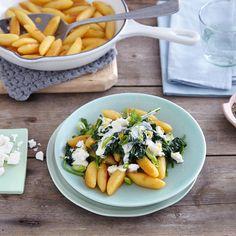 Schnell gemachte Hausmannskost. Bei unserem Rezept werden die Schupfnudeln von feinem Spinat und würzigem Feta begleitet.