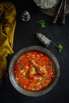 Mughlai Zaafrani Murgh is a rich Chicken curry cooked with cashewnut paste and spices and flavored with saffron. Here is a traditional recipe to make it. #Indian #Pakistani #Saffon #Chicken #Curry #Food #Recipe #Photography