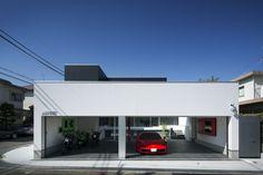 この写真「車3台+バイクを格納できる、広々として風通しのよいガレージハウス」はfeve casa の参加建築家「鐘撞正也/フリーダムアーキテクツデザイン株式会社」が設計した「ガレージハウス」写真です。「ガレージハウス 」カテゴリーに投稿されています。