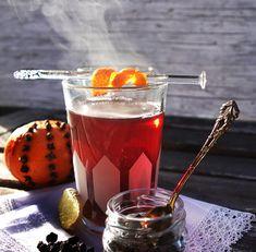 Schwarze Sesam-Tarte mit Kokos-Panna Cotta und Kiwi - Zungenzirkus Parfait Desserts, Kokos Panna Cotta, Agar, Cocktails, Drinks, Bruschetta, Punch Bowls, Food Inspiration, Vodka