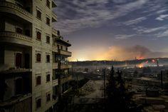 Vue des combats au nord d'Alep, le 1er décembre. L'année 2012 fut particulièrement meurtrière en Syrie. Les violences ont fait plus de 40 000 morts, en majorité des civils, depuis le début de la contestation contre le régime de Bachar Al-Assad, en mars 2011. Des centaines de familles fuient chaque jour vers la Turquie, le Liban, la Jordanie et l'Irak, où plus de 150 000 réfugiés sont officiellement enregistrés. | AFP/Javier Manzano