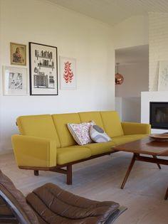 GJENNOMFØRT: Huset har fått møbler som hører hjemme i arkitekturen fra 1960- og 70-tallet. Den gule sofaen er designet av Hans J. Wegner og er fra 1965. Salongbordet er designet av Johs. Andersen. Begge er kjøpt i København.